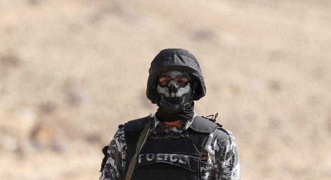Membro das forças de segurança do Egito nos arredores do Cairo