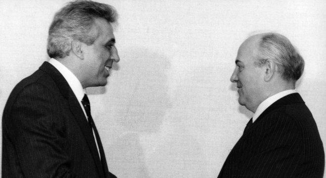 Avaliando em retrospecto sua primeira visita a Moscou como líder comunista, Egon Krenz acredita que foi traído; na foto, com Mikhail Gorbachev, em 1 de novembro de 1989