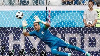 Mais velho a jogar Copa, El Hadary pega pênalti em derrota do Egito (Instagram)