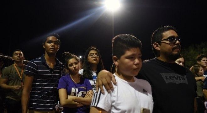 Moradores fazem vigília por vítimas de ataque
