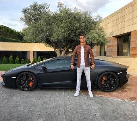 Ele também possui um Lamborghini Aventador LP-700.