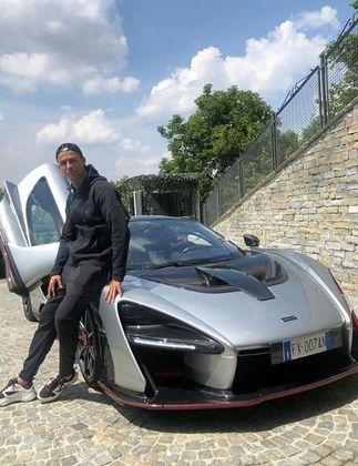 Ele também possui uma McLaren Senna, com 800 cavalos de potência e cujo preço é por volta de 1 milhão de euros (R$ 6,3 milhões).