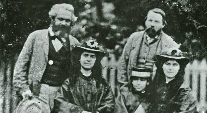 Engels com Marx e suas filhas, que o viam como um segundo pai