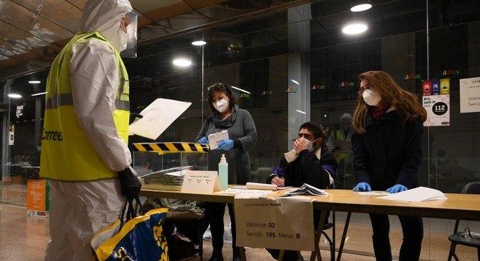 A proteção contra a covid-19 foi a marca da eleição regional na Catalunha