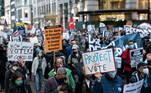 A segunda noite de contagem de votos nos Estados Unidos foi marcada por protestos contra e a favor. Ainda faltam 6 estados para divulgar o resultado das eleições presidenciais, mas o candidato democrata Joe Biden tem a vantagem