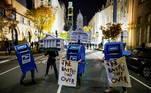 Os Estados Unidos tiveram uma nova noite de protestos contra e a favor da contagem de votos nos estados decisivos desta eleição, na quinta-feira (5), a terceira noite de apuração