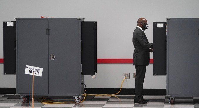 O candidato democrata Raphael Warnock depositou seu voto em 14 de dezembro