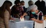 Uma senhora depositando o seu voto na urna em uma seção eleitoral situada no Estádio Monumental, em Santiago, no Chile. O país escolherá neste final de semana a convenção que redigirá uma nova Constituição para substituir a atual, herança da ditadura de Pinochet. Eleição é considerada histórica