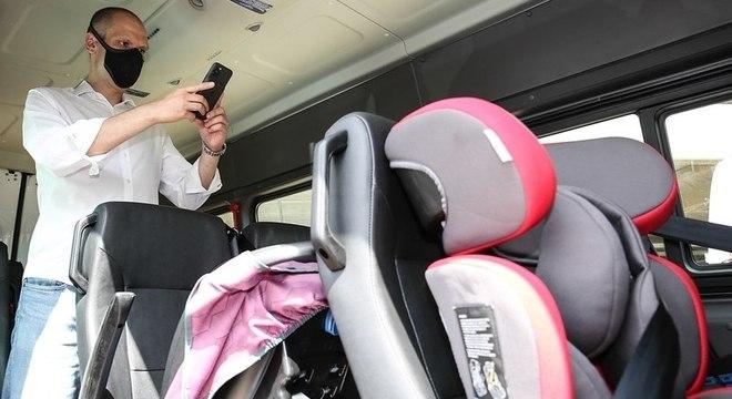 Bruno Covas entregou vans com cadeirinhas individuais para crianças