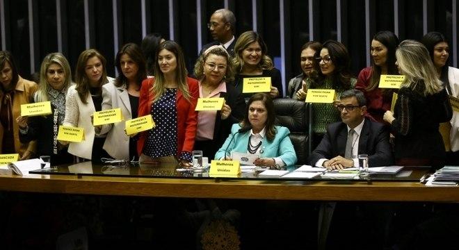 Deputadas protestaram contra parte da reforma previdenciária que afetava mulheres