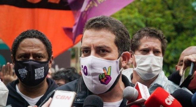 Boulos recebeu apoio de Orlando Silva (esq.) e Jilmar tato (dir.) nesta 4ª feira (18)