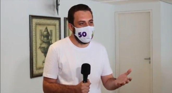 Guilherme Boulos faz discurso em frente a sua casa, na zona sul de SP