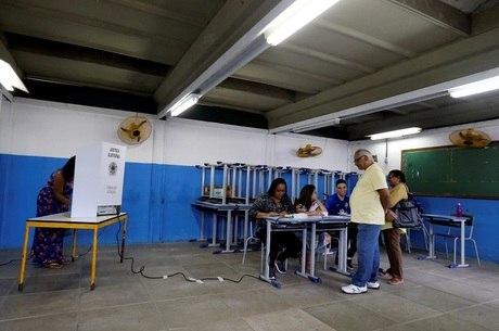 Seções eleitorais fecham às 17h