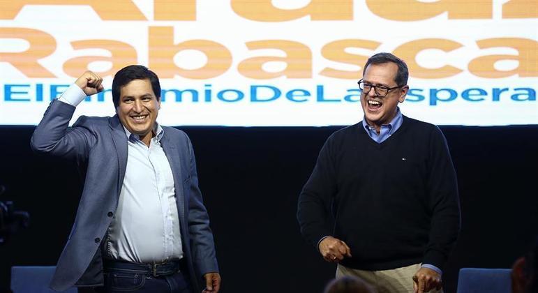 Andrés Arauz (à esq.) disputará o 2º turno das eleições presidenciais com Guilherme Lasso