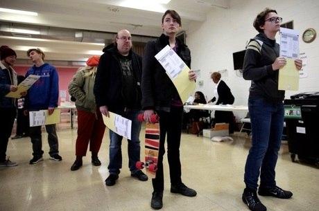 Eleitores esperam na fila para votar