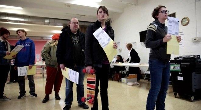 Eleitores aguardam na fila para registrar o voto