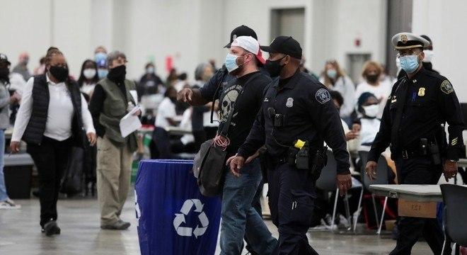 Manifestante é retirado de centro de apuração em Detroit