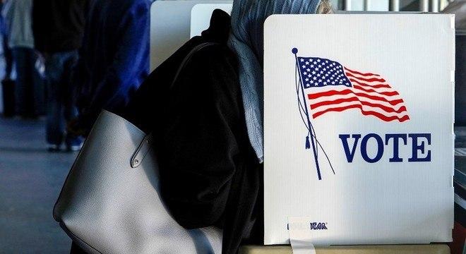 Eleitora faz voto antecipado em Tulsa, no estado de Oklahoma
