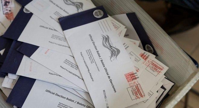 Dezenas de milhões de cédulas de votos antecipado foram enviadas nos EUA