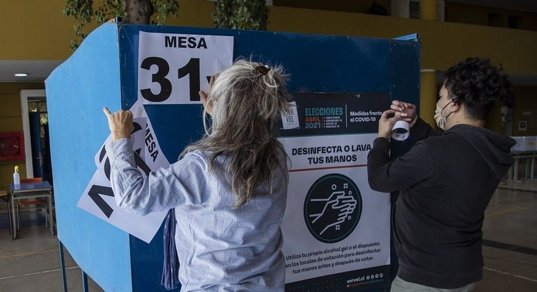 Eleições históricas no Chile: urnas passam por desinfecção contra covid