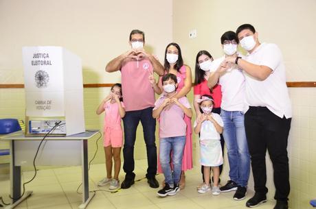 Na imagem, Dr. Furlan com família durante votação