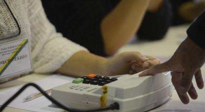 Eleitor registra biometria em Niterói, na eleição municipal de 2016; 3,3 milhões de títulos foram cancelados por falta cadastramento biométrico