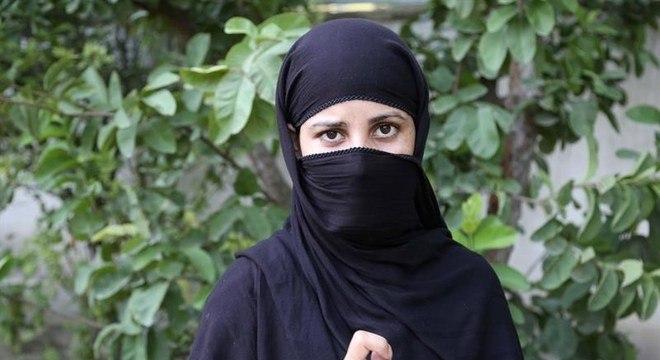 Muqadasa Ahmadzai luta para que mais mulheres participem da eleição afegã