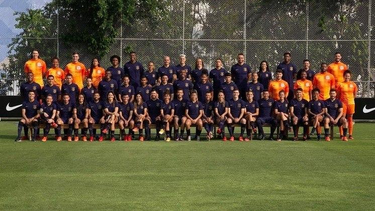 Elencos feminino e masculino se juntaram no CT Joaquim Grava para tirar uma foto posada dos jogadores e jogadores profissionais do Corinthians com a nova terceira camisa roxa.