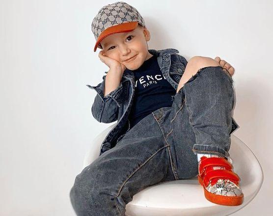 Um garoto de apenas 3 anos é o mais novo influenciador de moda da Inglaterra. Elensio Sulaj tem um guarda-roupa de, aproximadamente, R$ 70 mil e esbanja fofura ao mostrar os looks de grife. As fotos, que começaram como uma brincadeira da mãe, já renderam trabalhos para o pequeno. Veja