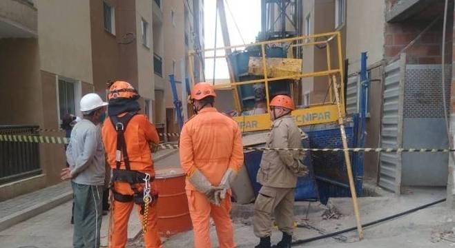 Dois operários de uma obra morre em queda de elevador, em Caucaia (CE)