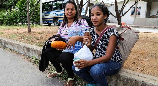 Eliane Pedrique (à esq) pegou um ônibus de Valência, a terceira maior cidade da Venezuela, para a fronteira da Colômbia. De lá, a única opção era caminhar até a cidade de Pamplona para buscar trabalho. São 60 km.