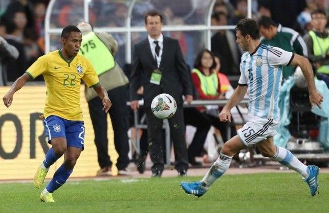 Elias foi constantemente convocado por Dunga para vestir a Amarelinha. Chegou a disputar a Copa América de 2015 com o Brasil, mas está sem clube desde que rescindiu com o Bahia, nesse mês de janeiro de 2021.