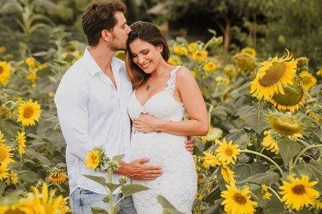 Elieser e Kamilla anunciam gravidez nas redes sociais