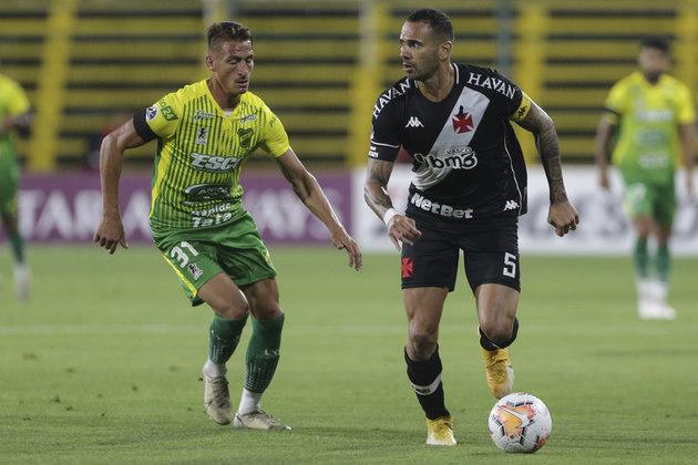 Eliminação em Copas - As duas quedas do Vasco foram duras para a torcida engolir. No mata-mata nacional, o time caiu com um empate, em São Januário, no qual o time atacou pouco o Botafogo. Na Sul-Americana, a equipe perdeu um caminhão de oportunidades.