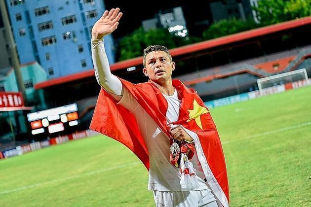 Elkeson, ou Ai Kesen, joga pelo Guangzhou Evergrande, é naturalizado chinês e também foi convocado para a seleção do país. Vale lembrar, aliás, que não é possível ter dupla-cidadania por lá