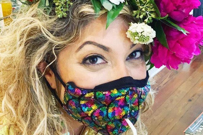 Ellen Macomber fez máscaras com furinho para o canudo dos drinques