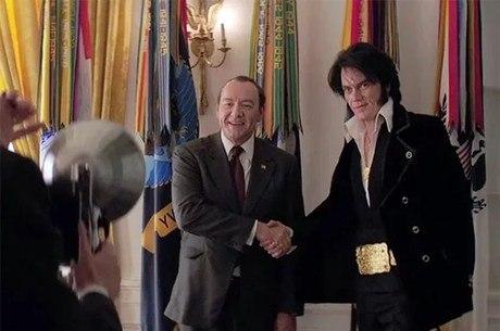 Kevin Spacey como Nixon e Michael Shannon como Elvis no filme Elvis e Nixon