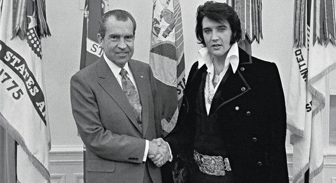 Nixon e Elvis posam para fotos na Sala Oval, dentro da Casa Branca