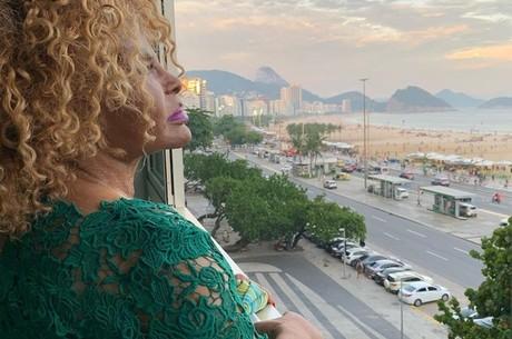 Elza Soares observa o mar durante a quarentena