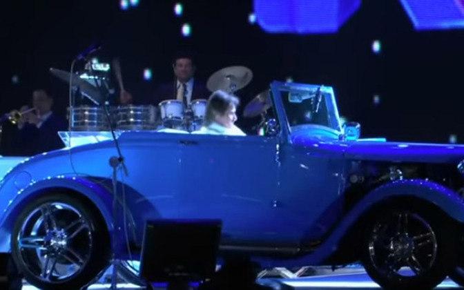 Em 11 de julho de 2009, ROBERTO CARLOS chegou ao palco montado no Maracanã conduzindo um calhambeque para fazer o show que celebrava os 50 anos de sua carreira. Diante de um estádio lotado, o cantor entoou sucessos como