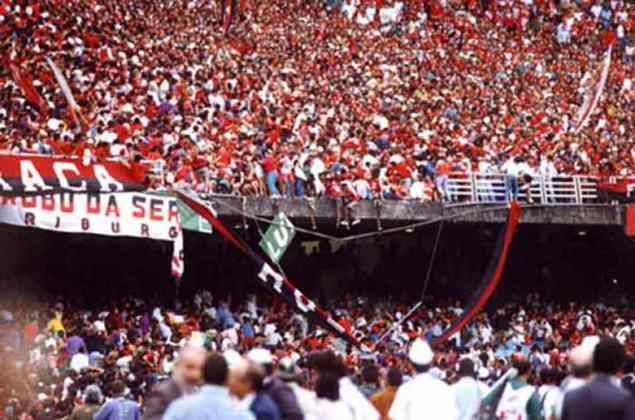 Em 19 de julho de 1992, uma tragédia abalava as estruturas no Maracanã. Antes da decisão do Brasileiro, entre Flamengo e Botafogo, um setor da arquibancada destinado a rubro-negros desabou, causando a queda de diversos torcedores. Segundo informações do