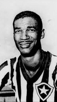 Em 1953, as duas equipes se enfrentaram pela primeira vez no exterior e o Alvinegro ganhou por 2 a 1. O jogo foi no Estádio Centenário, em Montevidéu, no Uruguai e a partida foi amistosa. Didi liderou o Glorioso