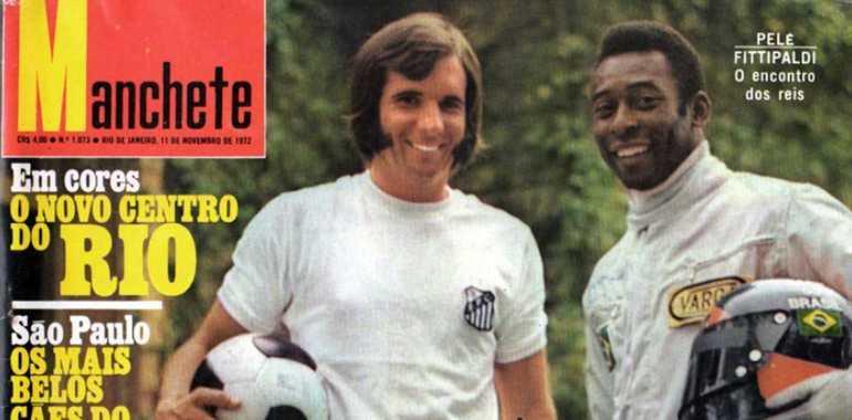 """Em 1972, Pelé e Emerson Fittipaldi """"trocaram papéis"""" na capa da revista Manchete. Enquanto o Rei vestiu o macacão, Emerson estava com o uniforme do Santos"""
