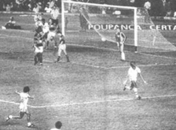 Em 1983,  Fluminense tinha empatado com o Bangu e vencido o Flamengo no triangular final do Carioca. O Tricolor das Laranjeiras precisava de um tropeço banguense contra os já eliminados flamenguistas no título para voltarem a ser campeões. E o Rubro-Negro fez sua parte: com gols de Adílio e Tita, garantiu a conquista tricolor.