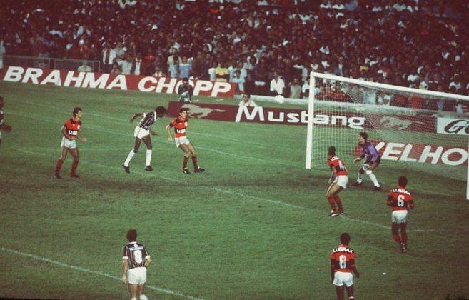 Em 1984, a decisão do Carioca também foi feita em formato de triangular. O Flu venceu o Vasco na primeira partida e bastava bater o Flamengo para garantir o troféu. E em 16 de dezembro, Assis novamente decidiu. Em jogo lá e cá, o 0 a 0 persistiu até os 30 minutos do segundo tempo, quando Renê enfiou a bola para Aldo, que fez o cruzamento perfeito para a cabeçada do ídolo tricolor