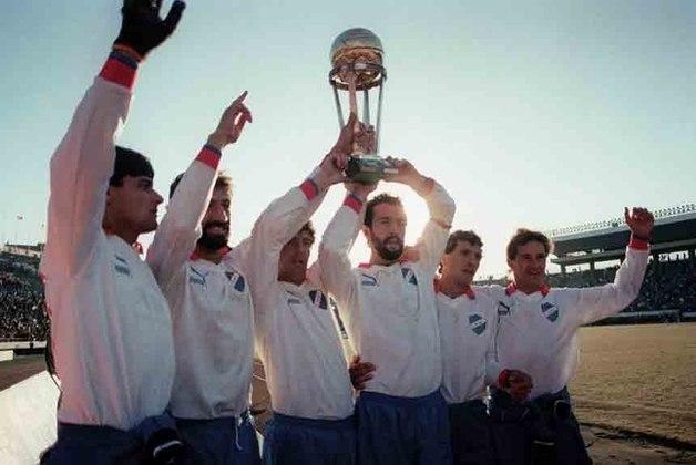 Em 1989, a competição teve a sua edição inaugural. Um ano antes, a Conmebol definiu que o torneio seria o encontro entre o vencedor da Libertadores da América e da Supercopa da Libertadores doano anterior. A Supercopa foi criada em 1988 e teve apenas 10 edições, sendo substituída pela Copa Mercosul em 1998 e posteriormente pela atual Copa Sul Americana. Na primeira edição da Recopa, o Nacional do Uruguaiderrotou o Racing em Montevidéu por 1 a 0 e empatou por 0 a 0 na Argentina, se consagrandocomo o primeiro campeão da Recopa.