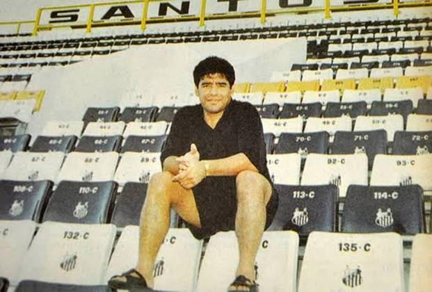 Em 1995, MARADONA chegou a negociar uma ida para o Santos, onde vestiria a camisa 10 com a bênção de Pelé. Só que a pedida alta do astro (na época, com 34 anos) frustrou os planos da cúpula santista.