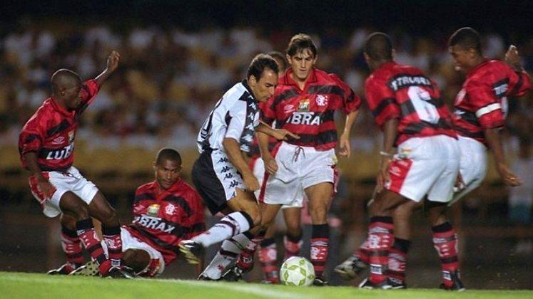 Em 1997, agora jogando pelo Vasco, Edmundo humilhou o Flamengo e ficou sendo observado por 6 adversários