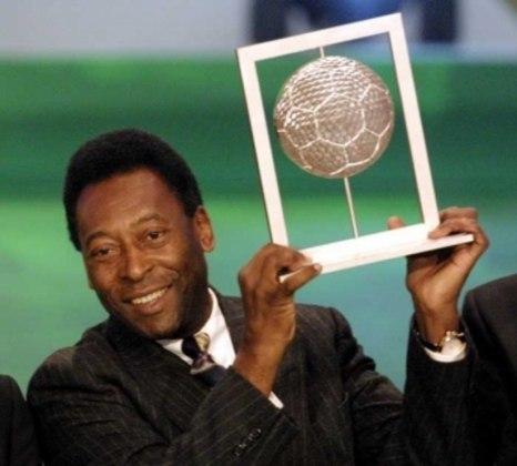 Em 2000, Pelé recebeu da Fifa o prêmio de melhor jogador do século.