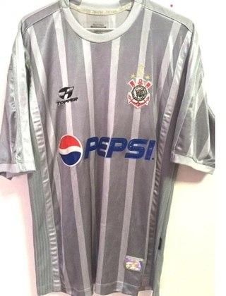 Em 2002, o Corinthians lançou uma camisa alternativa em homenagem aos 25 anos do título paulista de 1977. Ela ficou marcada como a primeira a fugir dos tons do Timão.